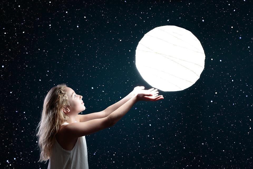 Meditação sinistra: Imagem com moça segurando a lua
