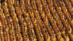 Chame atenção a qualquer preço: Imagem de uma multidão com roupas da mesma cor