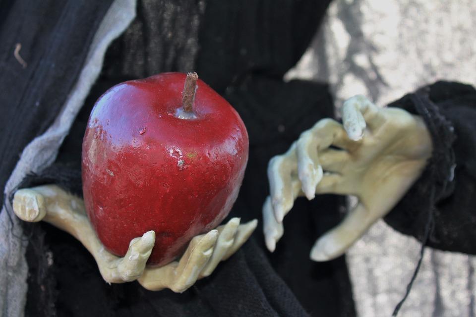 Saiba quem está ofendendo - imagem de uma mão de bruxa com uma maça - alegoria da branca de neve