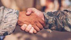 Não se comprometa com ninguém: aperto de mãos entre civil e soldado