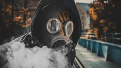 Contágio - imagem de homem com máscara anti-contágio