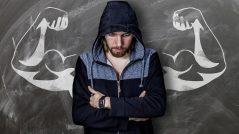 Descubra o ponto fraco de cada um. Imagem de homem fraco com lousa de fundo, contendo desenho de músculos fortes
